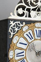Antike Kartuschen-Comtoise mit dunkler Mittelkartusche