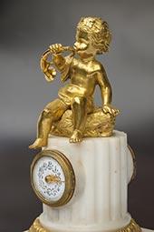 Mini-Pendule mit Putto im Louis XVI-Stil