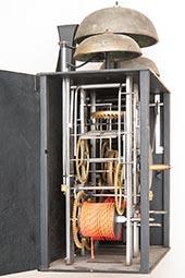 Zweizeiger-Comtoise-Uhr mit treize-pièces Zifferblatt und drei Glocken