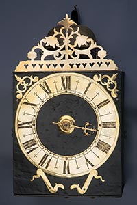 Frühe Einizeiger-Comtoise-Uhr mit Messingreif