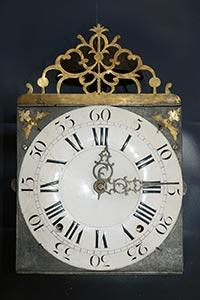 Frühe Comtoise-Uhr mit gesägter Aufsatzhecke