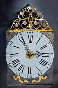 Frühe Comtoise-Uhr mit gesägter Aufsatzhecke, Monatsläufer