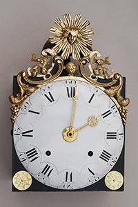 Comtoise-Uhr mit großer Sonnenspange und Medaillon mit 3 Herzen