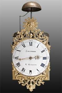 Comtoise-Uhr mit gegossener Sonnenspange und Bart