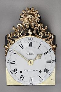 Comtoise-Uhr mit großer Sonnenspange und leerem Medaillon