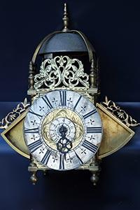 Museale englische Laternenuhr<br>Winged lantern-clock