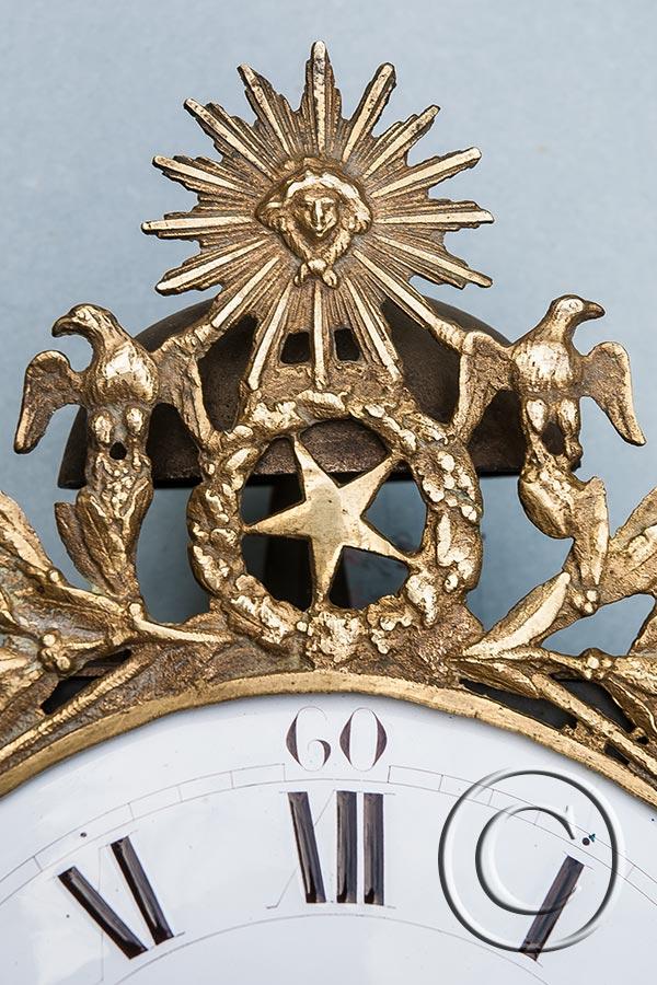 Comtoise-Uhr mit seltener Sonnenspange mit Stern und jungen Adlern