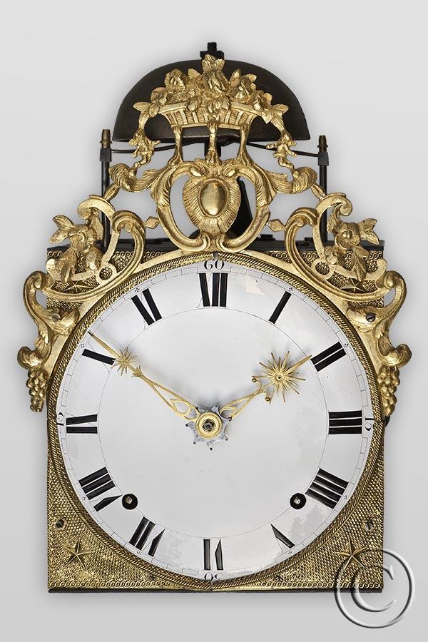 seltene Comtoise-Uhr im Maxi-Format mit Prägung und Messingguß-Aufsatz