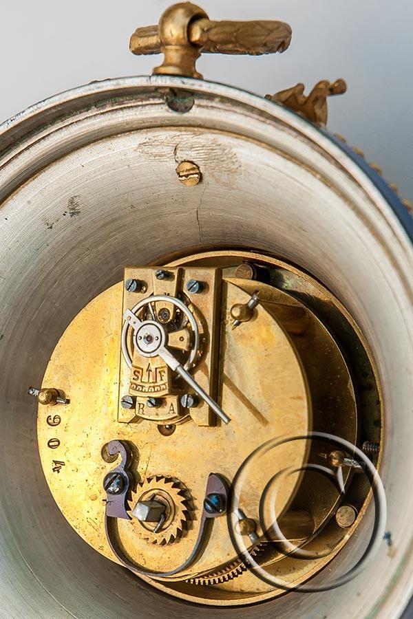 Mini-Cartel-Uhr mit Louis XVI-Appliken, Lunette mit Straßsteinen