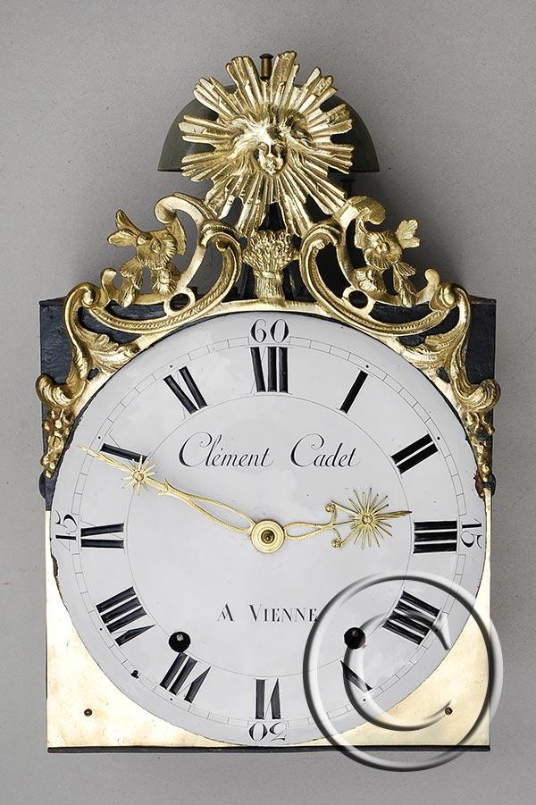 Comtoise-Uhr mit großer Sonnenspange und Ährenbündel als Medaillon