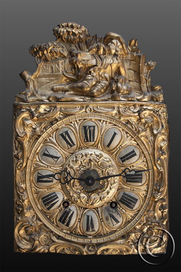 Comtoise-Uhr mit geprägtem Zifferblatt